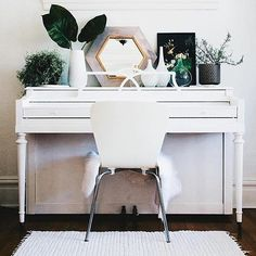 I just love seeing pianos painted with Annie Sloan paint!! You really can paint everything! #Repost @unfolded_ ・・・ Gorgeous #paintedpiano project (and space!) by St. Louis, MO stockist Bohème Atelier! What do you think? #Repost @bohemestl ・・・ painted piano in pure white shop this look at bohème \ 2308 cherokee street, stl curated boho interiors + annie sloan chalk paint ⠀⠀⠀⠀⠀⠀⠀⠀⠀ • • • • • • • • • ⠀⠀⠀⠀⠀⠀⠀⠀⠀ #eclecticdecor #boholife #bohemestl #cherokeeantiquerow #antiquerow #cherokeestreet…