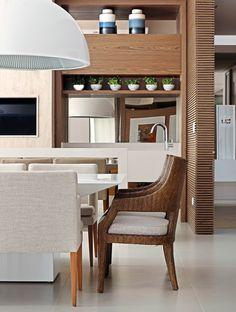 A churrasqueira gourmet, toda revestida em mármore (Marmoraria Gran-Norte) foi integrada a este espaço com móveis personalizados da Incomap Móveis. O pendente branco com medidas generosas é da Kelvin LD