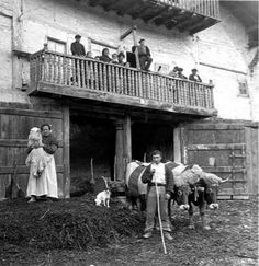 Eulalia Abaitua, la fotógrafa vasca costumbrista | La Lamentable Spanish Eyes, Basque Country, Pamplona, Light And Shadow, Cartier, Barcelona, Gift, Historical Photos, Old Photography