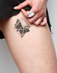 Idee tatouage un papillon en boite