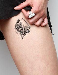 Idée tatouage : un papillon en boîte