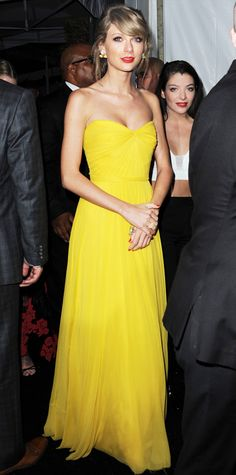 Taylor Swift lit up the InStyle & Warner Bros. Golden Globe post-party in a canary yellow silk chiffon strapless Jenny Packham gown with a draped bodice. Vestidos Sexy, Dress Vestidos, Taylor Swift Style, Taylor Alison Swift, Taylor Swift Dresses, Yellow Fashion, Red Carpet Fashion, Taylor Swift Vestidos, Glamour