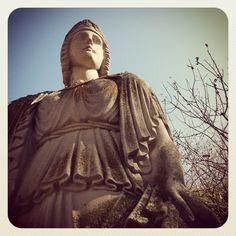 Atenea, en el jardín de la Escuela de Arte.