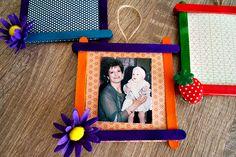 Ένα ωραίο δώρο για τη γιορτή της μητέρας είναι αυτές οι χειροποίητες κορνίζες με χρωματιστά ξυλάκια. Χρόνια πολλά μανούλες.