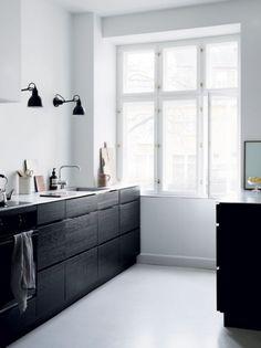 minimal kitchen Seven Kitchen Design Trends That are Here to Stay Nordic Kitchen, Minimal Kitchen, Scandinavian Kitchen, Stylish Kitchen, Scandinavian Interior, Scandinavian Style, Black Kitchens, Home Kitchens, Kitchen Black