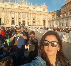 A postos para ver o Papa Chico!!!! Nem acredito que consegui sentar ao lado do corredor onde ele deve passar de papa móvel!! Obrigada leitora que me deu a dica!!!! Muita emoção por aqui!!  #FufuAndThePope #roma #italy #fufuaroundtheworld by futilish