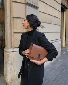 The tan Burberry TB bag is an on-trend classic. Looks Style, My Style, Creole Argent, Mode Simple, Paris Mode, Jolie Photo, Office Looks, Mode Inspiration, Minimal Fashion