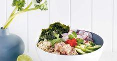 Découvrez cette recette de Poke au thon mariné et mayo épicée pour 4 personnes, vous adorerez! Poke Bowl, Sushi, Cobb Salad, Serving Bowls, Tableware, Food, Cilantro, Tuna Poke, Fish