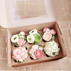 9 Cupcakes That Look Nothing Like Cake: Fresh Bouquet Cupcakes Flores, Flower Cupcakes, Easter Cupcakes, Christmas Cupcakes, Mini Cakes, Cupcake Cakes, Buttercream Flower Cake, Buttercream Frosting, Korean Buttercream Flower
