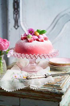 Påsktårta med rosa marsipan, hallon, vaniljkräm och vispgrädde. En prinsesstårta när den är som godast.