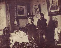 El escenario solía estar en consonancia con los últimos recuerdos de los fallecidos, y la práctica habitual era presentarlos como si estuvieran dormidos.