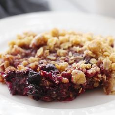 The easiest Triple Berry Crisp made with frozen raspberries blueberries and blackberries for a juicy berry filling nestled under a crispy oat topping. - Blackberries - Ideas of Blackberries Apple And Berry Crumble, Fruit Crumble, Mixed Berry Crumble Recipe, Triple Berry Cobbler, Mixed Berry Cobbler, Cherry Crumble, Blackberry Crumble, Fruit Recipes, Cooking Recipes
