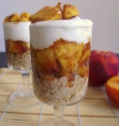 Spiced Peaches & Cream Oatmeal Parfaits (makes 2 servings; total cost per serving is only one dollar! Dessert Drinks, Dessert Recipes, Breakfast Recipes, Peach Oatmeal, Spiced Peaches, Mason Jar Meals, Mason Jars, Delicious Desserts, Yummy Food