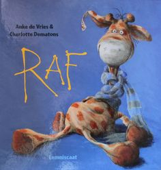 Op een dag is een jongetje zijn knuffel Raf kwijt. Die is ondertussen per ongeluk meegereisd en stuurt nu vanuit alle plaatsen van de wereld een ansichtkaarten. Prachtig boek met losse ansichtkaarten. Er zijn ook vertelplaten voor de vertelkast