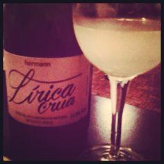 Lírica Crua, o espumante da Vinícola Hermann que mantém as leveduras da segunda fermentação. Veja como a taça está turva. Aromas de panificação bastante presentes. #espumantebrasileiro #vinho #wine #vino #vino #sparklingwine