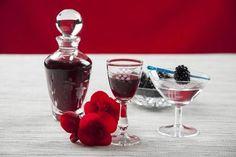 Wino z wiśni Wine Decanter, Wine Recipes, Barware, Champagne, Food And Drink, Tableware, Toyota, Dinnerware, Wine Carafe