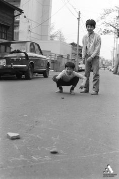 子供の遊び. Japanese boys playing in the street.
