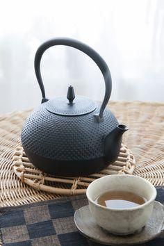 世界の注目を集める日本の伝統! 職人の技術を生かして造られた南部鉄瓶です。伝統的なアラレ模様を施し、ツル・湯口等細部にこだわり、IH対応可。