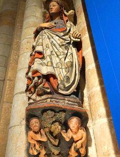 Un elemento interesante del interior de la colegiata de Santa María la Mayor es la escultura de piedra policromada de finales del siglo XIII,  conocida como la 'Caída de Adán y Eva'. Esta figura se incluyó en la exposición de las Edades del Hombre 2016.
