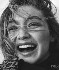 gigi hadid Gigi Hadid graces the July 2018 cover of Vogue Australia. In front of the lens of Giampaolo Sgura, the blonde beauty wears a complete look from Calvin Klein. Gigi models a silver Helena Christensen, Gigi Hadid Smile, Anwar Hadid, Smiling People, Blonde Beauty, Vogue Russia, Black White Photos, Bella Hadid, Kendall Jenner