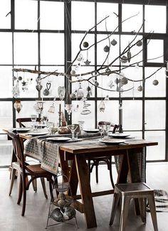 déco Noël à faire soi-même à base de branche suspendue au-dessus de la table à manger décorée de suspensions de Noël