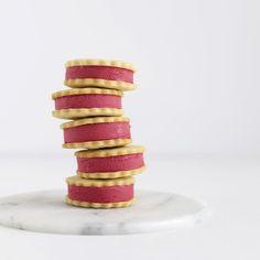 KYS. Simpel og hindbærsød kageforkælelse af den iskolde slags. Foto: Maja Vase