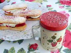 Sponge fingers Strawberries Slimming World friendly! 1 syn each for sponge fingers. Really lovely site - worth visiting! Tuna Recipes, Wrap Recipes, Cooking Recipes, Oven Recipes, Vegetarian Recipes, Slimming World Cake, Slimming World Desserts, Peach Crumble