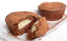 Čokoládové muffiny s krémom Úžasne lahodné.. Cesto: 300 g polohrubej múky 2 vajcia 160 g cukru kryštál 150 g rozpusteného cukru 170 ml mlieka 2 lyžice kakaa 2 lyžičky prášku do pečiva štipka sódy štipka soli Krém: 2 žĺtky 20 g práškového cukru 20 g múky hladkej 200 ml mlieka 20 g cukru 1 vanilkový cukor