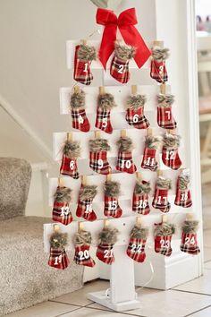 Pallet Christmas Tree, Christmas Wood, Christmas Projects, Christmas Tree Decorations, Christmas Holidays, Christmas Tables, Nordic Christmas, Christmas Stockings, Reindeer Christmas