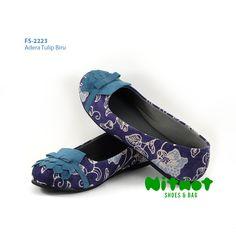 FS-2223 - Adera Tulip Biru • IDR 196.200 • Ready size 36-42 • Bahan batik printing kombinasi suede biru • Sol karet anti slip ••• ORDER: WA/Line: 0822 5757 7711 • Pin BBM: NITNOT01 atau 5B15D387 <Senin-Sabtu 09-21 WIB>