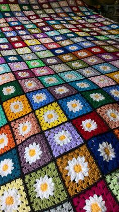 Granny square afghan My Mom made one of these in the pattern still pretty today!Could also use this setup for a quilt A tutorial on how to make a basic granny square with loads of photos designed for absolute Granny Square Crochet Pattern, Crochet Stitches Patterns, Crochet Squares, Crochet Patterns Amigurumi, Crochet Granny, Crochet Motif, Magic Circle Crochet, Crochet Daisy, Crochet Afghans