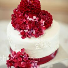 While guests noshed on cupcakes, Brittany and Tyler cut into a one-tiered cake decorated with fresh hydrangeas and dahlias.