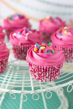 saving the world one bit[e] at a time - ultra pink raspberry cupcakes. Frost Cupcakes, Oreo Cupcakes, Yummy Cupcakes, Valentine Cupcakes, Fondant Cupcake Toppers, Cupcake Frosting, Cupcake Cakes, Cupcakes Design, Rainbow Frosting