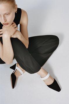 Neous's Simple, Minimal Shoes Fashion Photography Inspiration, Editorial Photography, Photography Poses, Shoes Editorial, Editorial Fashion, Fashion Poses, Fashion Shoot, Minimal Shoes, Poses Photo