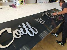 Marquage sur enseigne publicitaire en lettres découpées alu dibon - Signpub Marignane. Tech Companies, Company Logo, Applique Letters