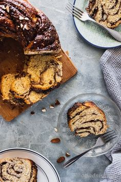 Babka the best dessert ever with any filling. But this rbowned butter cinnamon filling with roasted almonds inside is next level delicious! Cinnamon Babka, Cinnamon Almonds, Babka Recipe, Roasted Almonds, English Food, Instant Yeast, Round Cakes, Brown Butter, Sweet Bread