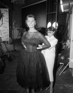 Edith Head Oscar Collection | Edith Head probando vestuario a Sophia Loren