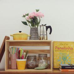 uma casa linda não precisa de complicação ♥ olha só como um caixote simples se transformou em um nicho para mimos da cozinha!!! #cozinha #caixotes #todacasatemumahistoria #façavocêmesmo