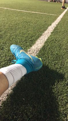 Soccer Photography, Lifestyle Photography, Football Shoes, Soccer Shoes, Learning English For Kids, Boys With Curly Hair, Cute Friend Pictures, Applis Photo, Fake Girls