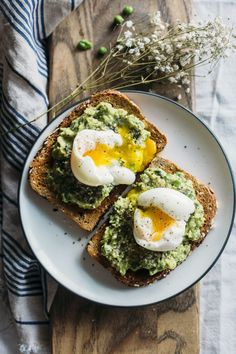 Superfood Toast with Avocado Pea Mash is part of Healthy recipes - Start your day the right way with this Superfood Toast Topped with chia and hemp seeds, an avocado pea mash and eggs, it's both tasty and filling Healthy Desayunos, Healthy Breakfast Recipes, Healthy Snacks, Healthy Eating, Healthy Recipes, Healthy Filling Breakfast, Superfood Recipes, Pea Recipes, Yummy Snacks