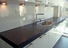 Küchenrückwand aus Glas - massive Küchenarbeitsplatte