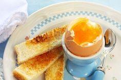 Soft-huevo en un eggcup, con brindis Foto de archivo