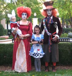 Family Halloween costumes can make create such lasting memories! So if you're looking for family halloween costume ideas, then check out these diy halloween… Family Costumes For 4, Matching Family Halloween Costumes, Family Themed Halloween Costumes, Cute Costumes, Halloween Cosplay, Costume Ideas, Carnival Costumes, Carnival Ideas, Awesome Costumes