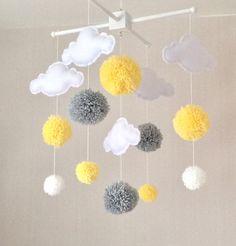 Bebé móvil nube nubes vivero móvil amarillo y gris por EllaandBoo