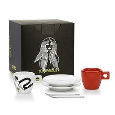 Project 2 | Set per un caffè a due. La biblica storia di Adamo ed Eva fa capolino sulla tazzina bianca in contrasto con la tazzina rossa, la mela del peccato. Completano il set due piattini bianchi e i cucchiaini Moak in acciaio dalla superficie piatta. Il tutto racchiuso all'interno di un'elegante scatola nera: 2 tazzine con piattini, 2 cucchiaini e un barattolo 250g di caffè moak macinato. Misure: 16,5x16,5x16,5 cm [ price: 32,00 € - buy…