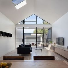 Clean simple serene...STUNNING. Beautiful design by architects @dxarchitects  Prachtige vlak verdeling in raampartij