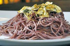Spaghetti paint your life - Alessandro Borghese: Mettere a cuocere la pasta in acqua bollente salata. In una padella, far rosolare l'aglio con olio, peperoncino, un mestolo di brodo e il v