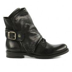 Geef je outfit een instant stoere look met deze zwarte buckle veterboots van Sacha! Dacht je dat het lastig zou zijn om de schoenen uit- en aan te trekken? Geen zorgen! De laarzen sluiten met een handige ritssluiting. De laarsjes zijn gemaakt van leer, ge