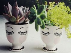 A cute and easy DIY project to do at home with little flower pots. Get creative and draw faces on the pots to plant your little succulents or cacti. Cacti And Succulents, Potted Plants, Indoor Plants, Succulent Planters, Plant Pots, Diy Planters, Face Planters, White Planters, Planter Ideas