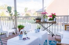 This screened in porch is amazing and has so many inexpensive decor finds and inspiration for creating an inviting outdoor room this summer! Inexpensive Home Decor, Cute Home Decor, Cheap Home Decor, Porch Makeover, Backyard Makeover, Deck Decorating, Decorating On A Budget, Deck Seating, Decks And Porches